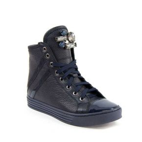 La zapatilla de deporte de cuero azul con detalle de broche de diamantes de imitación detalle