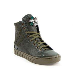 La zapatilla de deporte de cuero verde con detalle de broche de diamantes de imitación detalle