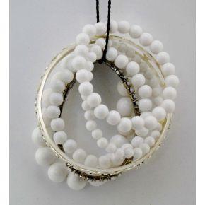 Armband mit mehreren fäden, die weißen perlen in verschiedenen größen und zwei metall-armbänder