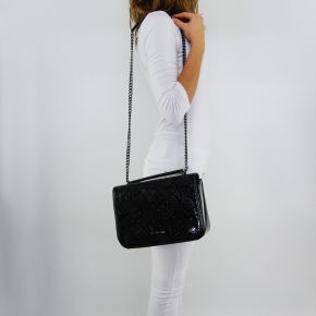 Umhängetasche-Love Moschino und der glänzenden schwarzen